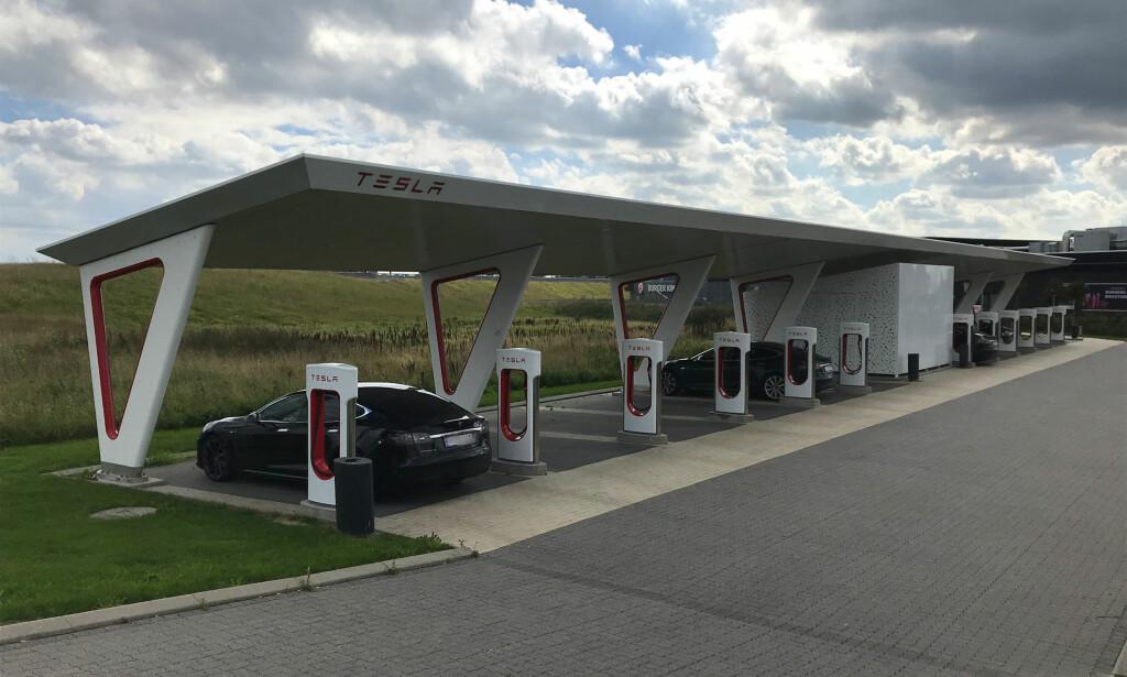 SLUTT: Nå er blir det slutt på å få med gratis superlading når du kjøper en Tesla med henvisning. Foto: Christina Honningsvåg