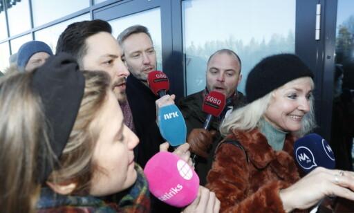 TULLEREPORTERE: En gjeng med tullereportere dukket opp da Finn-Ove Hågensen skulle avslutte sitt intervju med Hans-Andreas Limi (Frp). Foto: Foto: Bjørn Langsem / Dagbladet