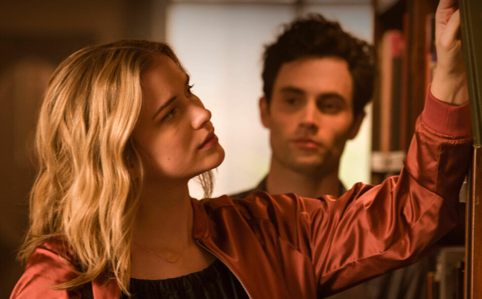 <strong>STALKER:</strong> Penn Badgley (i bakgrunnen) kapret hovedrollen i Netflix' «You» hvor han spiller Joe – en mann som blir besatt av en ung forfatterspire. FOTO: Netflix