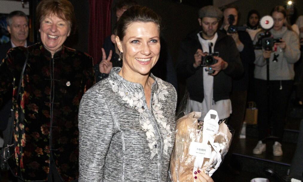 <strong>POPULÆR:</strong> Prinsesse Märtha Louise fikk både blomster og en bok med hjem fra Abloom filmfestival på Saga kino. Foto: Andreas Fadum