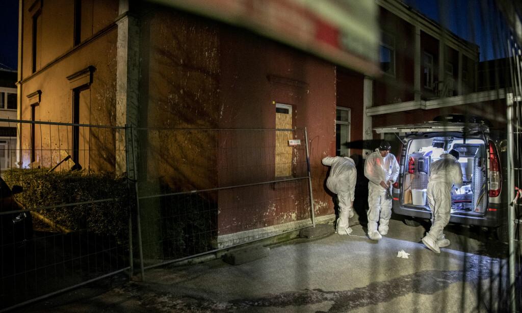 ETTERFORSKNING: Polititiets kriminalteknikere jobber i kveld på adressen der liket ble funnet.  Foto: Tommy Ellingsen / NTB Scanpix
