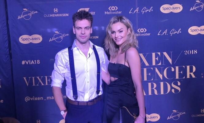 POSERER: Caroline Berg Eriksen og ektemannen poserer for fotografene. Foto: Marcus Brenden