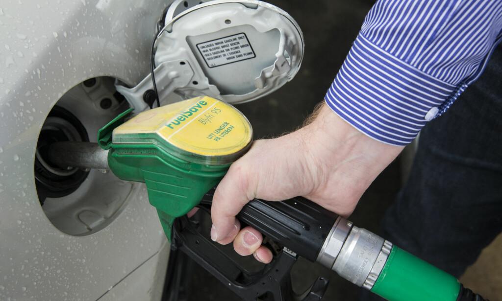 RIMELIGERE Å FYLLE: Tall fra SSB har bensinprisene gått ned de siste tre månedene. Foto: Berit Roald/NTB scanpix