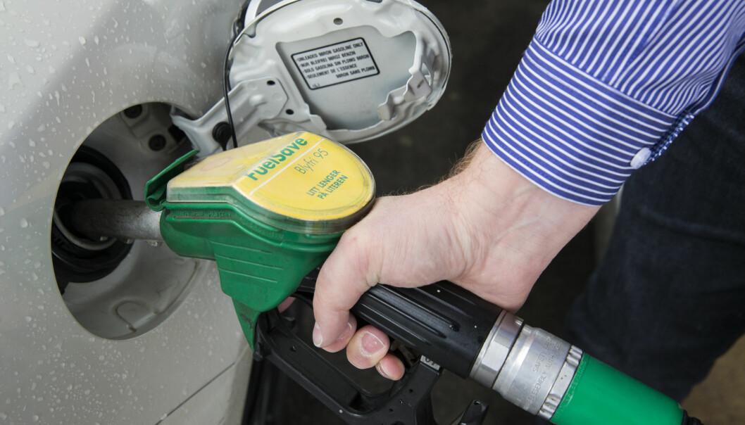 <strong>RIMELIGERE Å FYLLE:</strong> Tall fra SSB har bensinprisene gått ned de siste tre månedene. Foto: Berit Roald/NTB scanpix