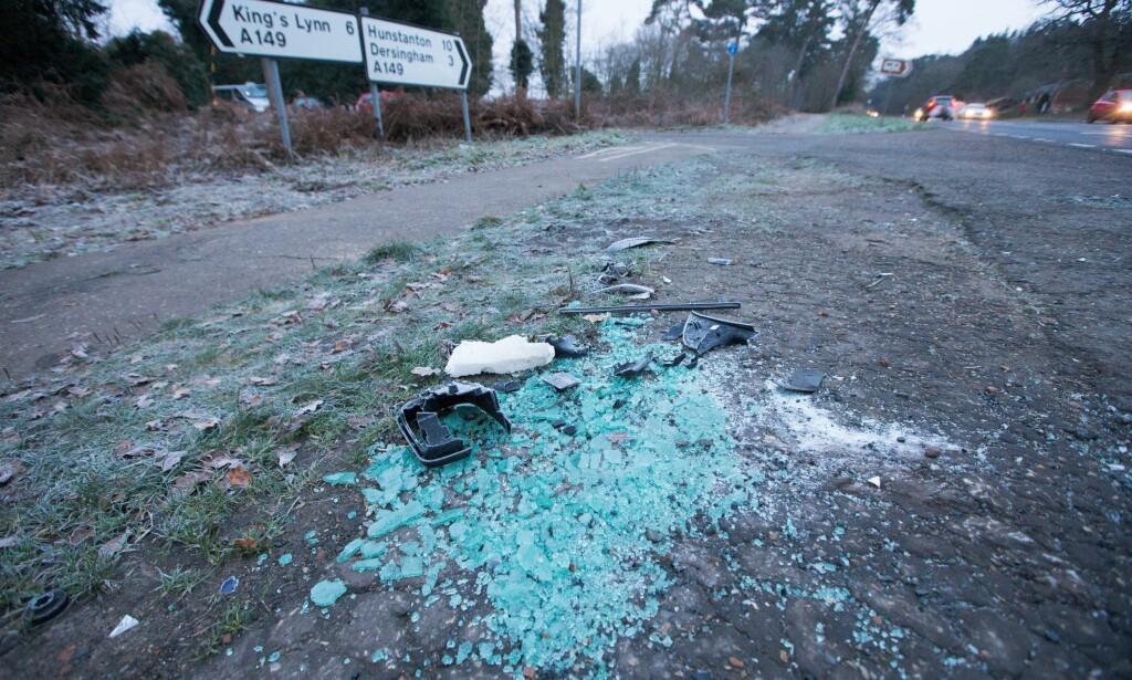 GLASSKÅR: Ødelagte bildeler lå igjen ved stedet er prins Philip krasjet i en annen bil. Foto: NTB Scanpix