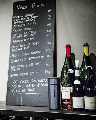 MENY: På klassisk bistro-vis befant både menyen og vinmenyen seg på tavler på veggen.