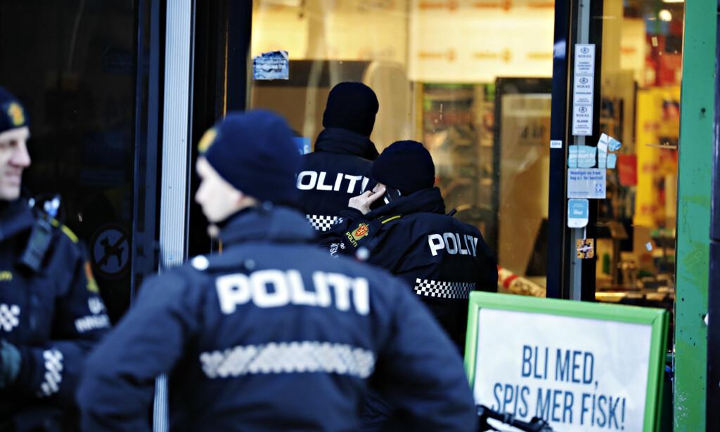 ETTERFORSKES SOM TERROR: Politiets sikkerhetstjeneste (PST) etterforsker knivangrepet mot en kvinne på en Kiwi-butikk i Møllergata i Oslo torsdag som et mulig terrorangrep, melder NRK. Foto: Frank Karlsen