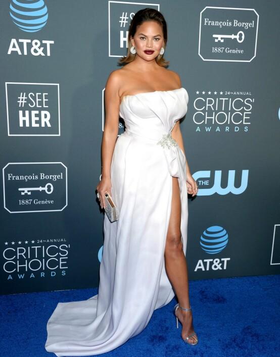TOBARNSMOR: Chrissy Teigen strålte på Critics' Choice Awards forrige helg. Foto: NTB scanpix