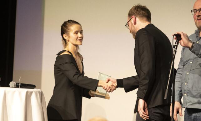 DELTE UT PRIS: Live Nelvik delte ut en pris til sin egen ektemann Tore Sagen for Årets morsomste podkast. Foto: Andreas Fadum / Se og Hør