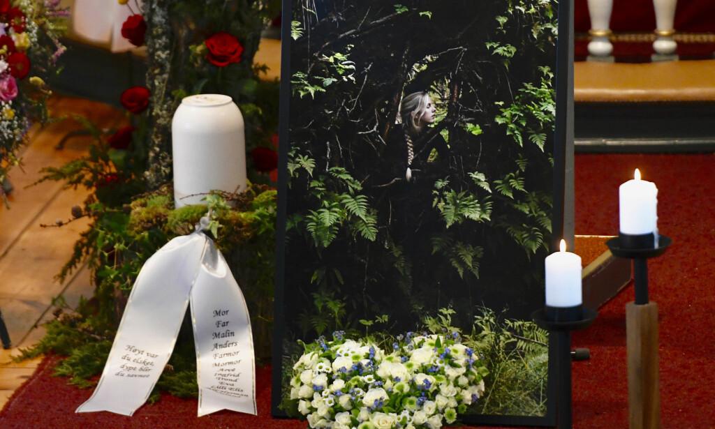GLAD I FRILUFTSLIV: Kirka er full av blomster, og mye reflekterer Uelands kjærlighet for friluftsliv. Foto: Pål Christensen / Stavanger Aftenblad