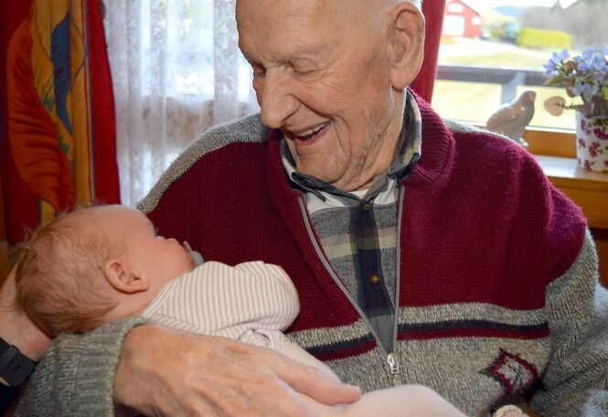 <strong>GLEDELIG MØTE:</strong> - Ansatte forteller at de ser hvordan de eldre kvikner til med en gang babyene kommer inn i rommet, forteller Ingvild Finstad. FOTO: Livsglede for Eldre