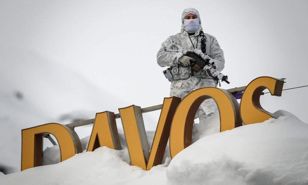 HØY SIKKERHET: Væpnet politi følger med på det meste som skjer i Davos denne uka. Foto: Fabrice Coffrini / AFP / NTB Scanpix