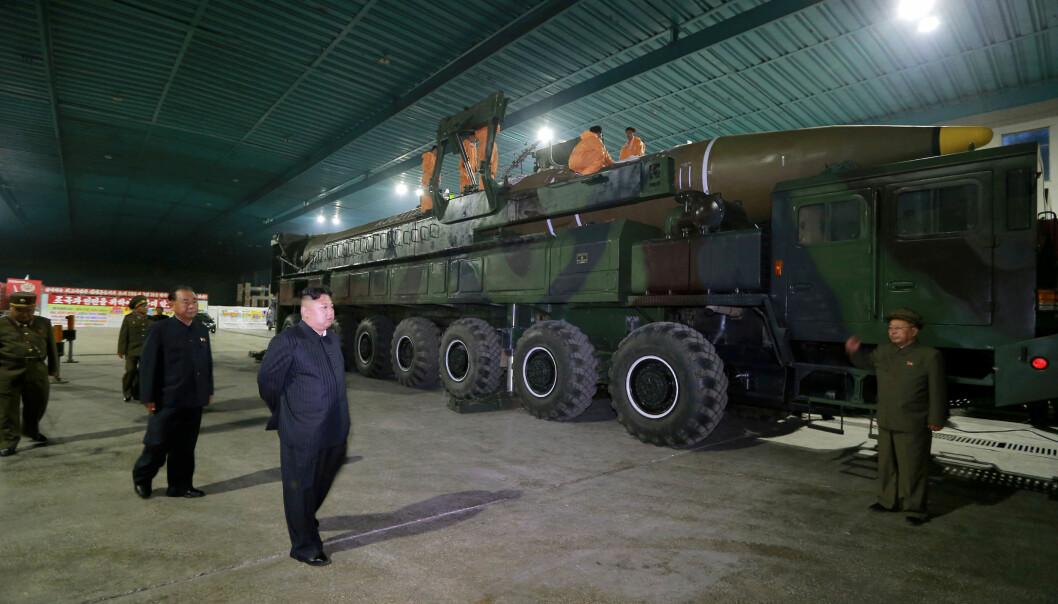 <strong>- HAR FUNNET NY BASE:</strong> Det hevder forskere ved CSIS. Her inspiserer Nord-Koreas leder Kim Jong-un et missil av typen Hwasong-14, dato satt til en gang i 2017. Foto: KCNA/Reuters