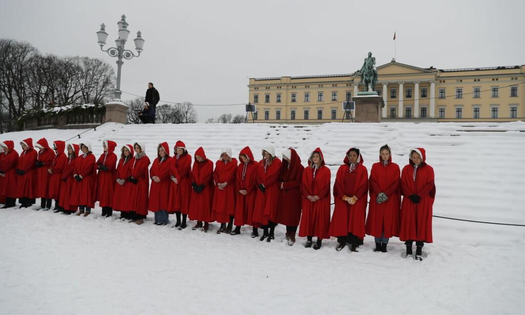 STOR DEMONSTRASJON: Flere demonstrerte utenfor Slottet tirsdag. Foto: Bjørn Langsem / Dagbladet