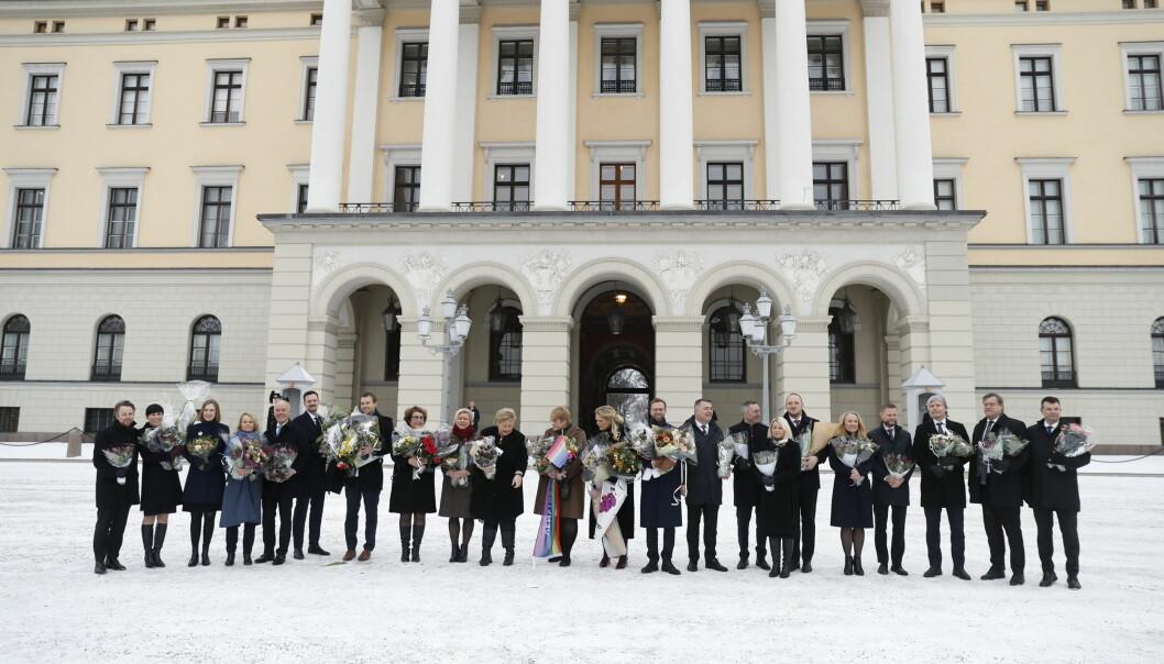 <strong>UTVIDET REGJERING:</strong> Statsminister Erna Solberg presenterer sine 22 statsråder på slottsplassen i dag. Foto: Bjørn Langsem