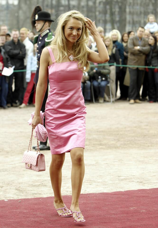 I DÅP: Pia fikk mye oppmerksomhet for antrekket sitt under dåpen til prinsesse Ingrid Alexandra i 2004. Foto: NTB Scanpix