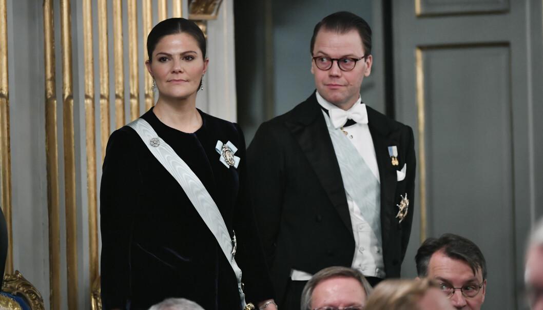 <strong>I HARDT VÆR:</strong> Prins Daniel fikk krass kritikk tidligere denne måneden da han glemte noe vesentlig under oppsummeringen av året sammen med kongefamilien. Nå kan det late til at det svenske folk har tilgitt ham. Foto: NTB Scanpix
