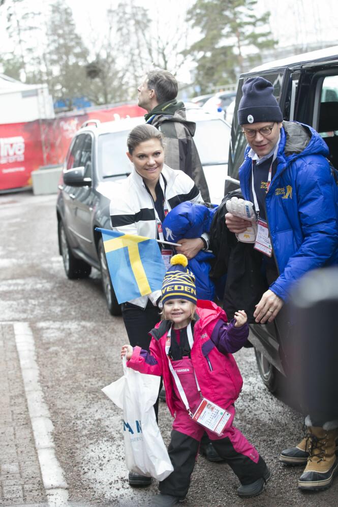 <strong>ENGASJERTE:</strong> Både kronprinsesse Victoria og prins Daniel er svært interessert i sport og heier stadig på de svenske utøverne. Her sammen med prinsesse Estelle under ski-VM i Falun i 2015. Foto: NTB Scanpix