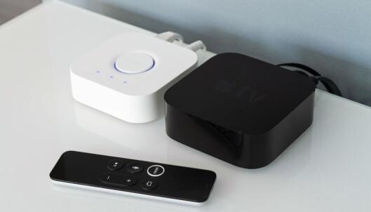 <strong>BRO:</strong> Det er selve basestasjonen til Philips Hue (t.v.) som sørger for HomeKit-støtten til Hue-pærene. Med det på plass kan du styre lyset med fjernkontrollen til Apple TV. Foto: Tron Høgvold