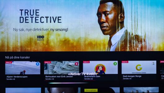 <strong>SIRI-KNAPP:</strong> Har du konfigurert stemningslys for TV-kvelden, kan du aktivere det ved å snakke til Siri via fjernkontrollen til Apple TV. Foto: Tron Høgvold
