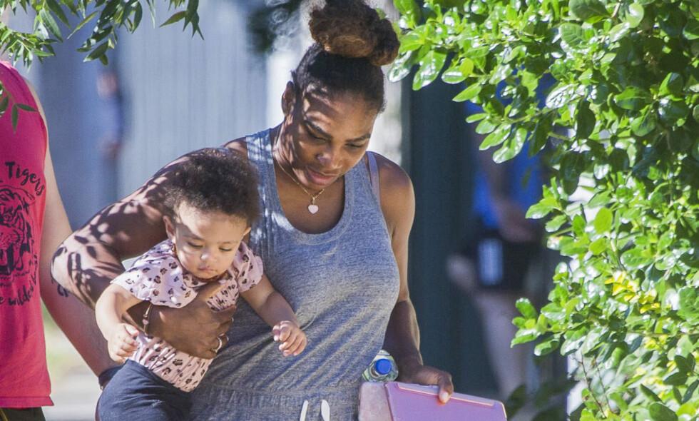 FAMILIE PÅ TUR: Serena Williams er for tiden i Australia i forbindelse med turneringen Australian Open. Med seg har hun ektemannen Alexis Ohanian og den ett år gamle datteren Alexis Olympa, som ser ut til å kose seg på jobb med mamma. Foto: Splash News / NTB Scanpix