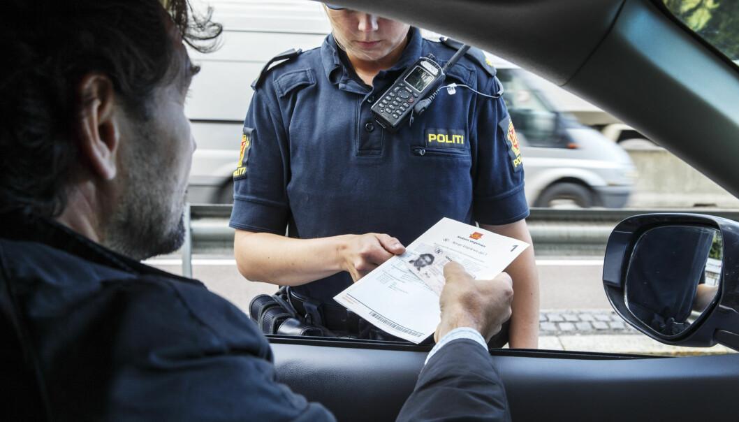 <strong>NY REGEL:</strong> Om du blir tatt for å benytte mobiltelefonen mens du kjører bil, vil du fra 1. januar i år få to prikker på førerkortet. Foto: NTB Scanpix