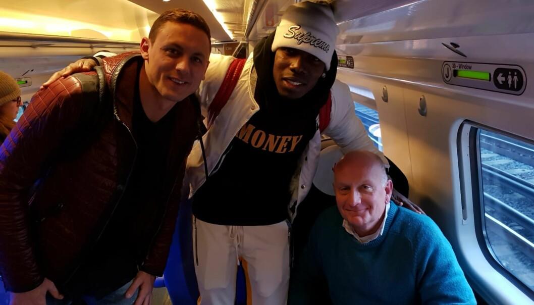 <strong>POGBA HVEM?:</strong> Faren til Nate Patrick tok et bilde med Nemanja Matic og Paul Pogba uten å vite hvem det var. Foto: Nate Patrick / Twitter