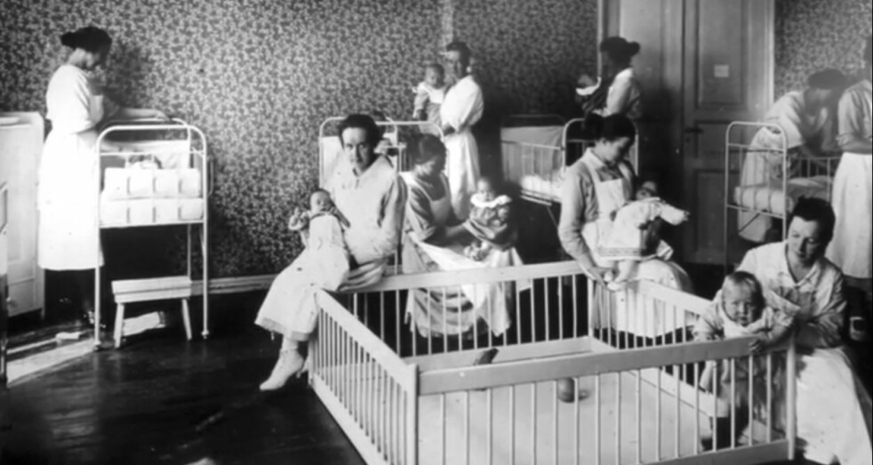 <strong>PLEIEBARN:</strong> Barn født utenfor ekteskap eller med foreldre som ikke så seg i stand til å forsørge barna sine, kunne bli overlatt til et privat pleiehjem og en såkalt «Englemakerske». Illustrasjonsfoto fra et pleiehjem: Digitaltmuseum / Oslo Byarkiv.