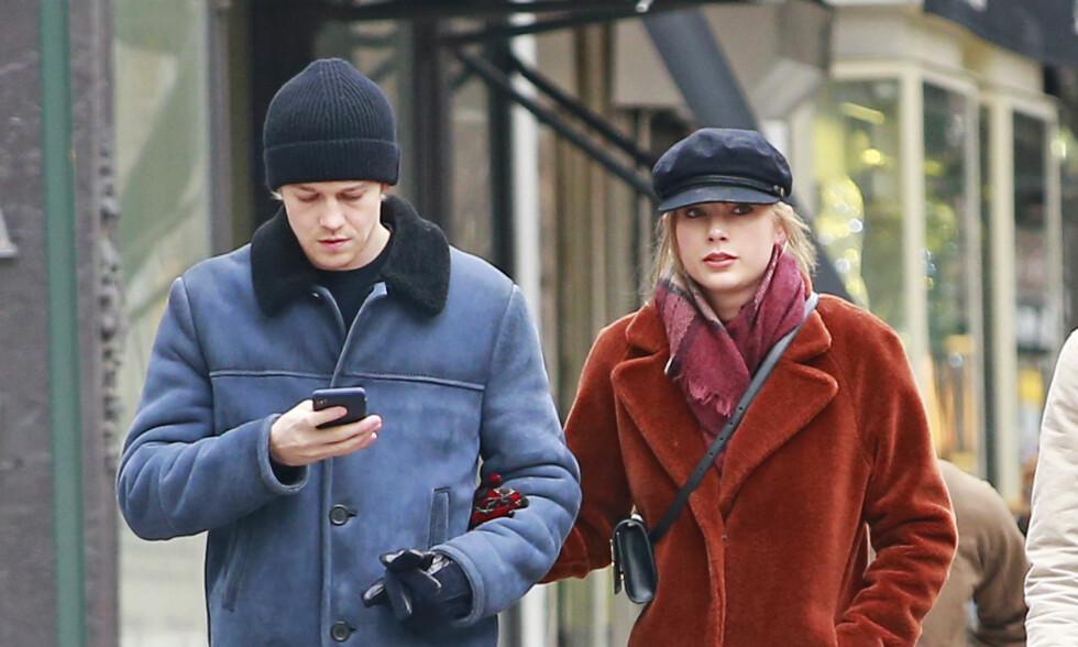 HEMMELIGHETSFULLE: Kjæresteparet liker ikke dele om forholdet sitt i media. Nå forteller Joe Alwyn hvorfor. Foto: NTB Scanpix