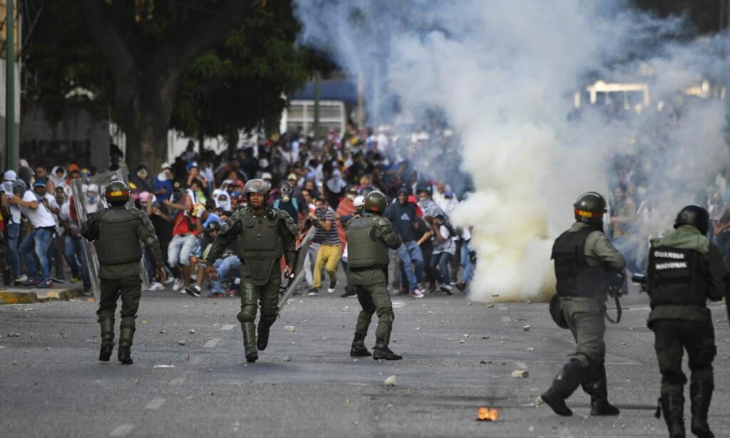 OPPTØYER: Opprørspolitiet brukte tåregass og gummikuler mot demonstrantene. Foto: Yuri Cortez / AFP / NTB Scanpix