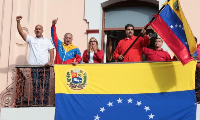 AKTER IKKE Å GÅ: President Nicolás Maduro holdt en oppildnet tale fra presidentpalassets balkong etter Guaidós selverklæring. Foto: Presidentpalasset / Reuters / NTB Scanpix