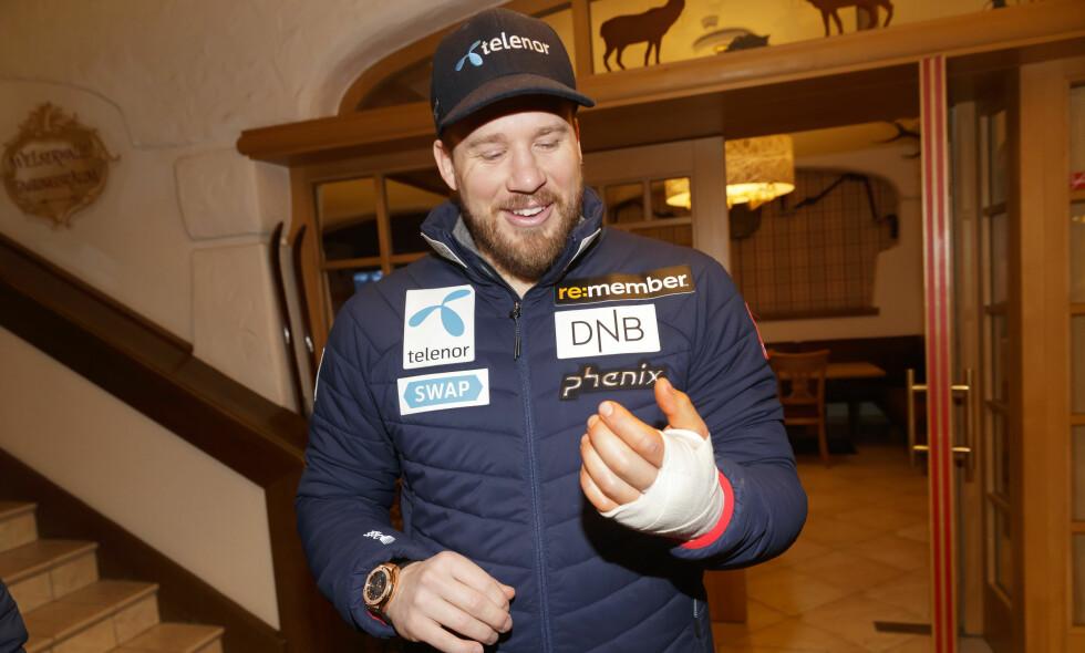 HAR OPERERT: Kjetil Jansrud viser frem hånden han brakk under utfortreningen i Kitzbühel tirsdag. Foto: Cornelius Poppe / NTB scanpix