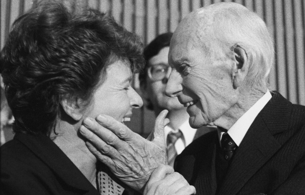 <strong>STATSMINISTRE:</strong> Et hyggelig øyeblikk mellom de to tidligere statsministrene Gro Harlem Brundtland og Einar Gerhardsen. Foto: Bjørn Sigurdsøn / NTB Scanpix.