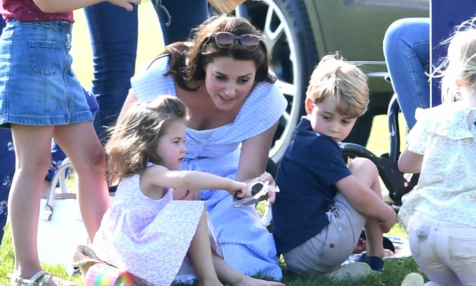HEKTISK: Hertuginne Kate er mor til tre små barn, og legger ikke skjul på at tilværelsen tidvis kan være strevsom. Her er hun fotografert under en poloturnering sammen med prinsesse Charlotte og prins George. Foto: NTB scanpix