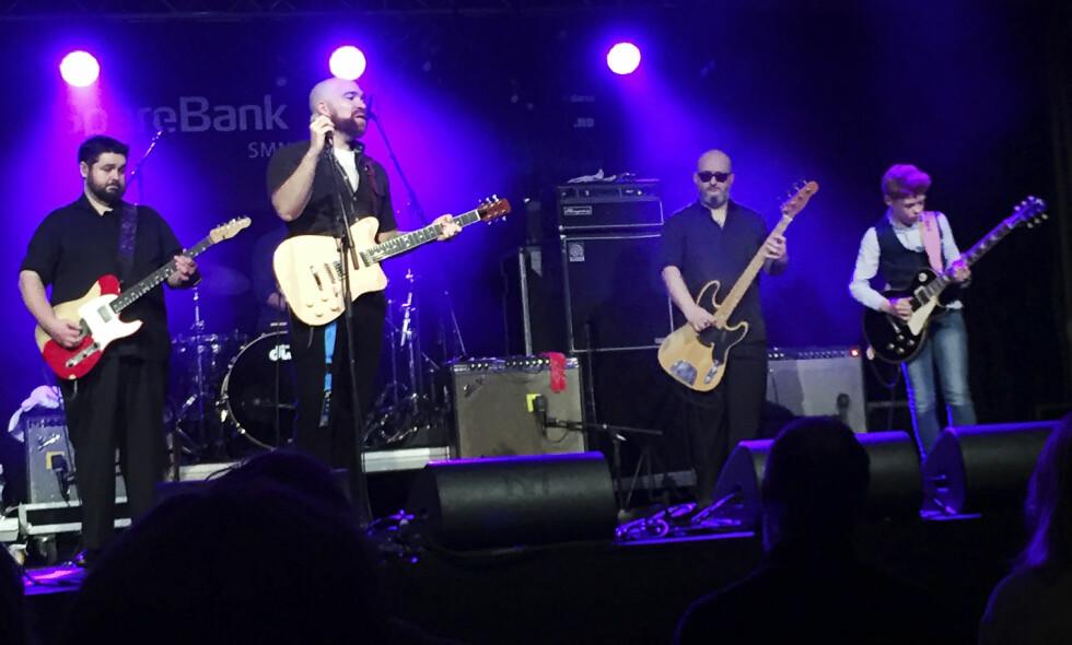 BLUESSTJERNE SLOKNET: Mike Ledbetter (nr. to fra venstre) døde tidligere denne uka. Her sammen med Monster Mike Welch (t.v.) under Nidaros Blues i Trondheim i april i fjor. Til høyre det unge gitartalentet Toby Lee. Foto: Øyvind Rønning