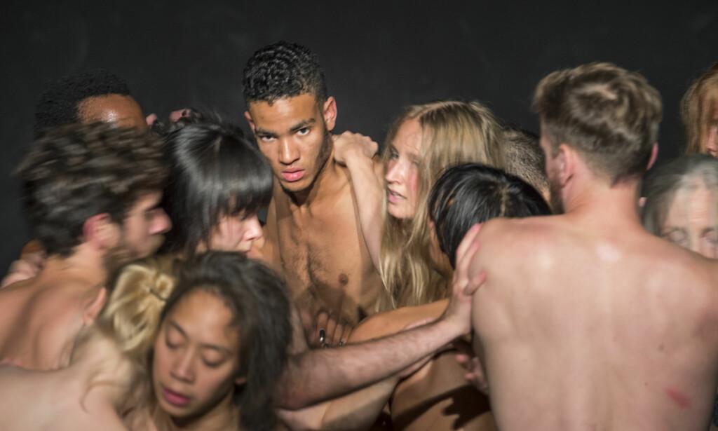 NAKNE: I performance-stykket «ALL» samles nakne mennesker som uttrykker seg med kroppen. Nå trenger koreografen frivillige nakne folk. Foto: M. Korbel