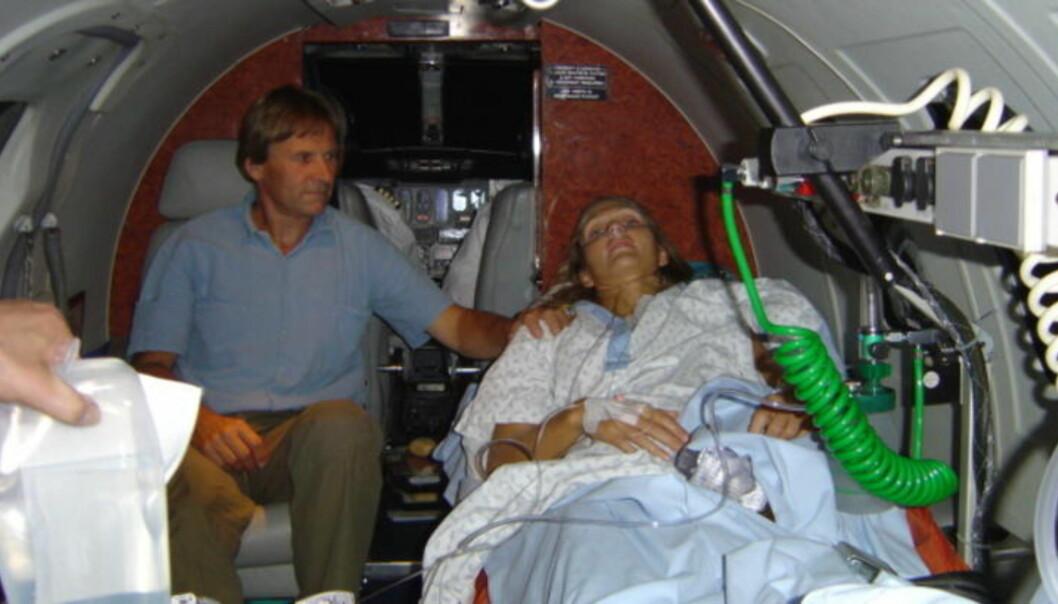I AMBULANSEFLYET: Fra sykehuset i Sveits måtte Karina fraktes i ambulansefly til Oslo og Ullevål universitetssykehus. Karinas far, Bjørn Sønsterud, betydde alt i åra som fulgte. Foto: Privat