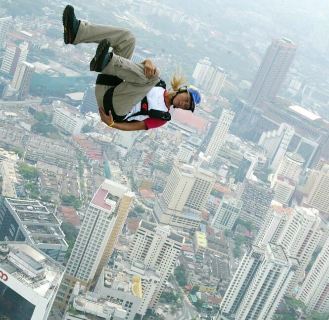 FRYKTLØS: Karina Hollekim var en basehopper i verdensklasse. Her har hun akkurat kastet seg ut fra Kuala Lumpur Tower - ett år før ulykken i Sveits. Foto: NTB Scanpix