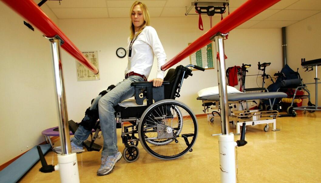 MÅTTE LÆRE SEG Å GÅ: Etter ulykken i Sveits i 2006, opplevde Karina Hollekim mange tilbakeslag. Hun fikk blodpropp og ble rammet av ulike infeksjoner. 42-åringen ga derimot aldri opp håpet om å kunne stå på egne bein igjen. Foto: NTB Scanpix