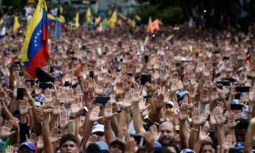 DEMONSTRANTER: Opposisjonen holdt demonstrasjon mot president Maduro onsdag 23. januar. Foto: Federico PARRA / AFP