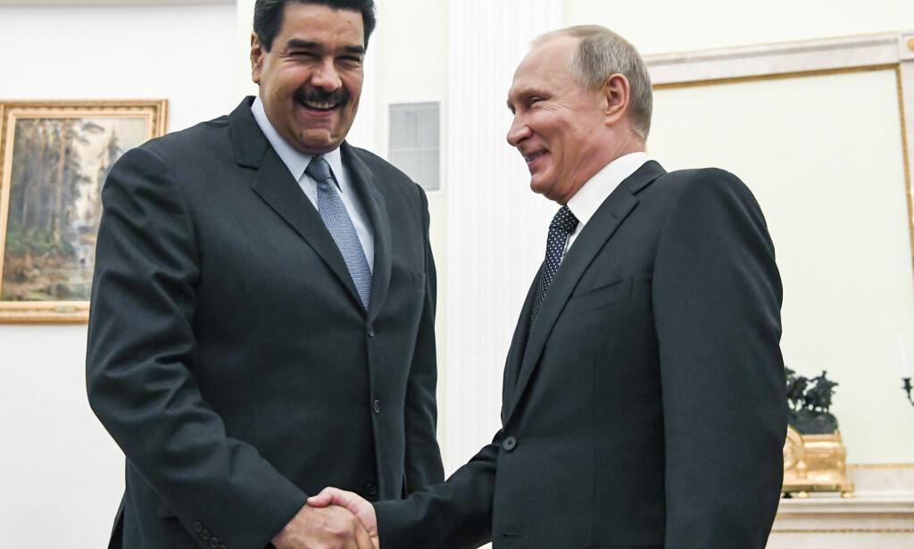 STØTTE: Russlands president Vladimir Putin (til høyre) fotografert i Moskva sammen med Venezuelas president Nicolás Maduro i oktober 2017. Foto: Yuri Kadobnov / AP / NTB scanpix