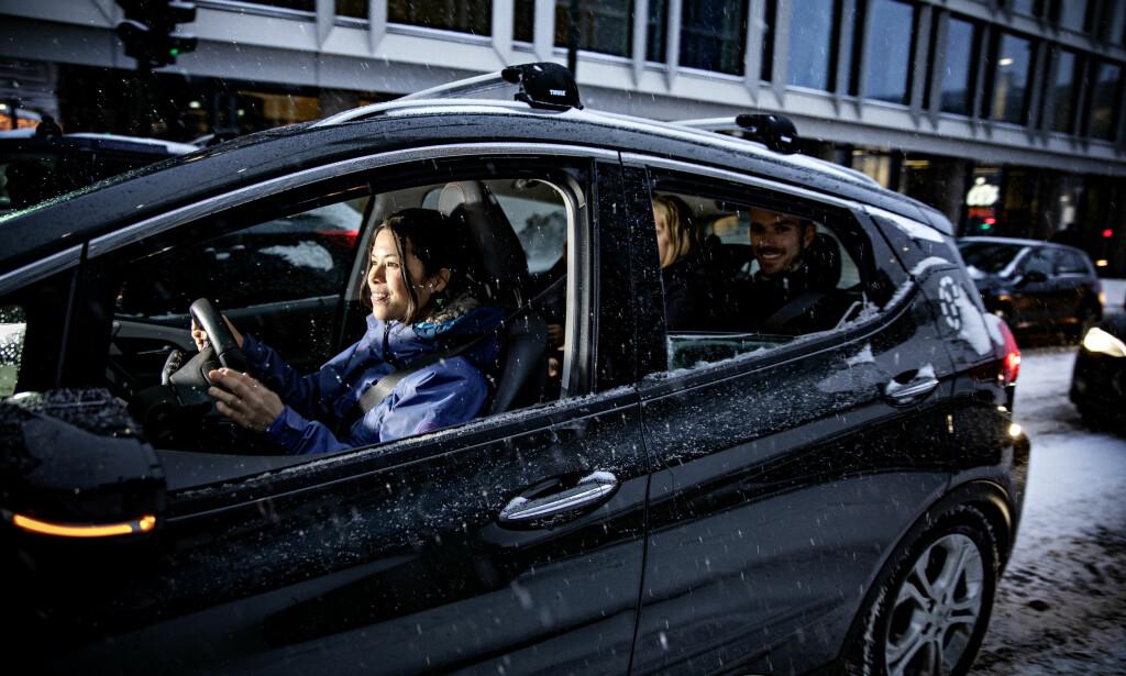 BYRÅD: Lan Marie Berg med lederen av Bilkollektivet Morten Munch-Olsen i baksetet. Målet er at flere skal klare seg uten bil i Oslo. Foto: Nina Hansen