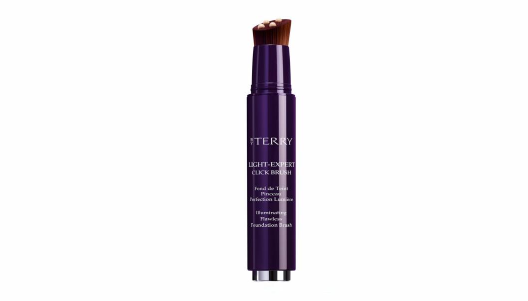 By Terry-produkter selges blant annet hos Sephora, og denne foundationen – Cindy Crawfords favoritt – koster rett under 500-lappen.