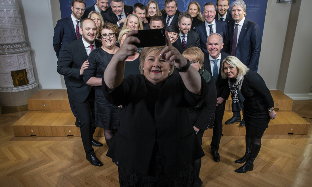 FEIL FOKUS: Erna Solberg tar selvportrett med den utvidede regjering etter gruppefotograferingen i regjeringens representasjonsbolig tirsdag. Foto: Stian Lysberg Solum / NTB scanpix