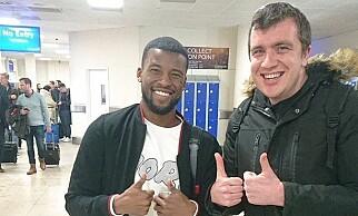 POSERTE SAMMEN: Supporteren Ben Dudley og Gini Wijnaldum poserte sammen etter episoden inne på flyet. Foto: skjermdump Twitter