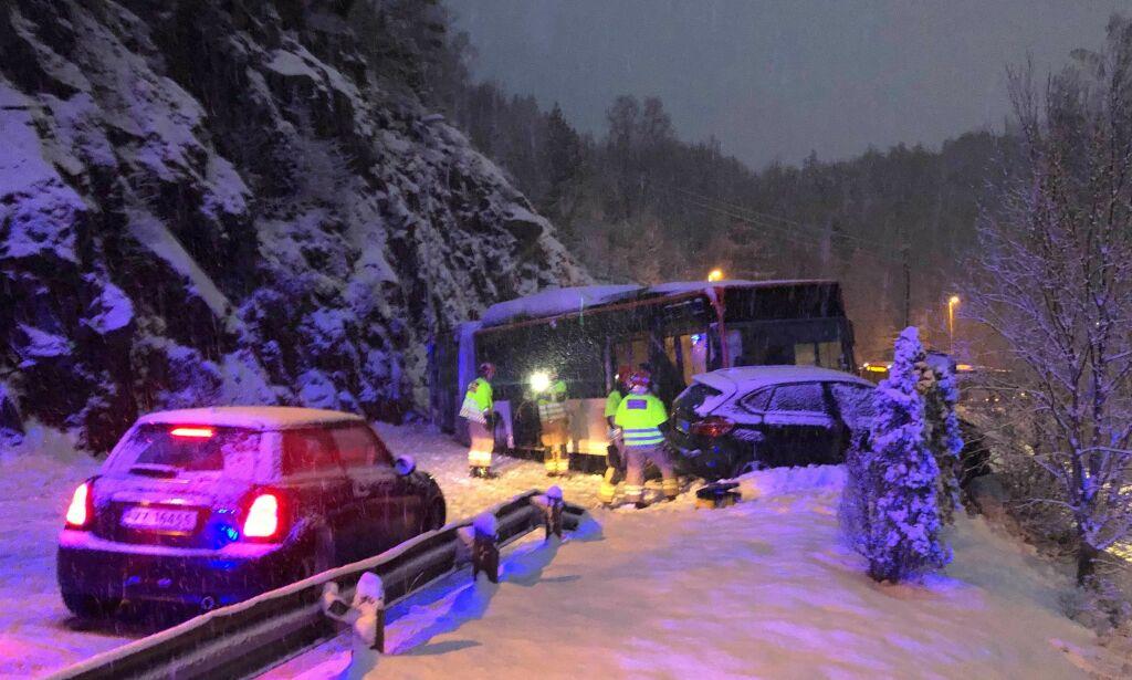 image: Snøkaos: Buss og personbil krasjet