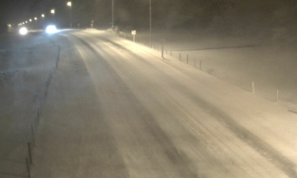 E39 VIKEÅSBAKKENE: Et av webkameraene til Statens vegvesen på Jæren viser fortsatt vindkast og virvlene snø klokka 07.29 søndag morgen. Dette er en av de mer oversiktlige streknignene i grålysningen.