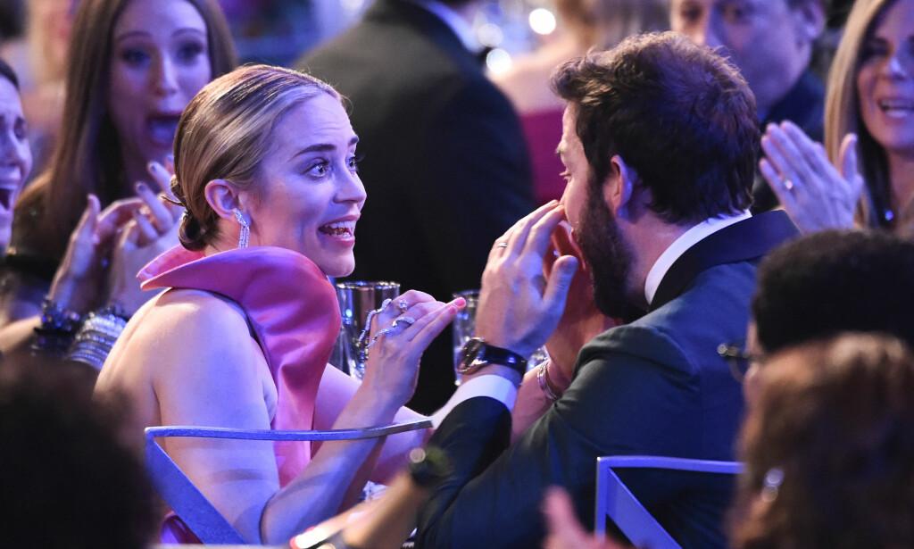OVERRASKET: Skuespillerparet Emily Blunt og John Krasinski ble totalt tatt på senga natt til mandag under årets SAG Awards. Foto: NTB Scanpix