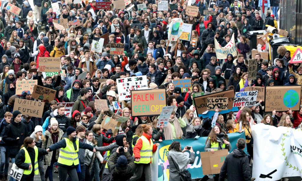 STØRSTE PÅ MANGE TIÅR: Opp mot 35.000 skoleelver og studenter tok til gatene i Brussel torsdag 17. januar og torsdag 24. januar. - Om vi tar til gatene hver torsdag i stedet for å møte opp på skolen, vil de styrende måtte innse at vi har et problem, sa demonstrantene. Foto: Yves Herman / Reuters / NTB Scanpix
