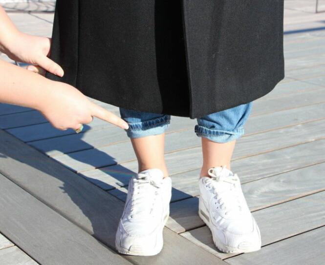 <strong>KÅPEN BØR NÅ DET SMALESTE PUNKTET:</strong> Moteekspert Nadine Monroe mener den lange frakken er fineste når den treffer ankelen og fremmer det smaleste punktet på beina. Foto: KK.no